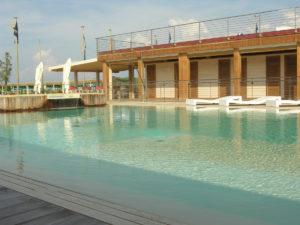 Bragozzo bordo piscina con lettini